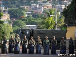 Soldados hondurenhos cercam área da embaixada brasileira em Tegucigalpa