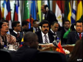 Muammar Gaddafi, líder libio, y Hugo Chávez, presidente de Venezuela