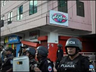 Militares hondurenhos em frente à sede da Rádio Globo nesta segunda-feira (AFP)