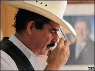 O presidente deposto de Honduras, Manuel Zelaya, na embaixada brasileira em Tegucigalpa nesta segunda-feira (AFP)