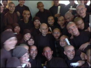 Thiền sư Thích Nhất Hạnh cùng các tu sinh tại Bát Nhã năm 2007