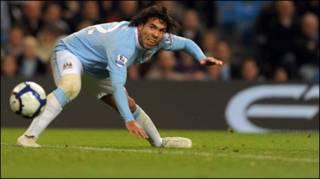 Tiền đạo Carlos Tevez của Manchester City ghi hai bàn thắng cho đội
