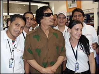 Gadafi y los empelados de la tienda Margarita Star PC