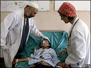 Médico atende uma das vítimas de explosão em hospital do Afeganistão