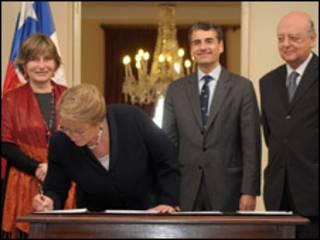 Firma de proyectos que crearán el Ministerio de Asuntos Indígenas y el Consejo de Pueblos Indígenas. Cortesía Presidencia de Chile.