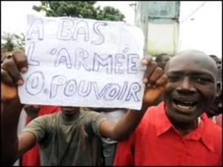 Manifestantes na Guiné mostram cartaz com frase 'Abaixo o Exército no poder' (28 de setembro)