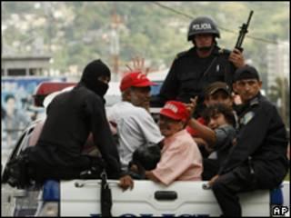 Partidários de Zelaya são detidos pela polícia nesta quarta-feira (AP)