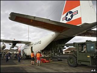 Trabajadores del aeropuerto de Pago Pago en la Samoa estadounidense descargan ayuda de emergencia
