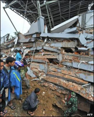 Nhà cửa bị phá hủy trong cơn động đất