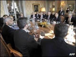 Các đại biểu thảo luận tại Geneva
