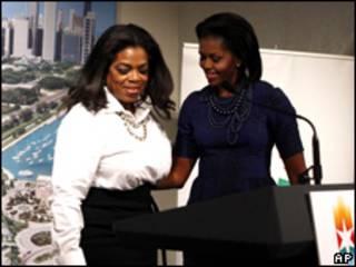 A apresentadora de televisão Oprah Winfrey e a primeira-dama dos EUA, Michelle Obama, durante evento em Copenhague na quarta-feira  (AP)