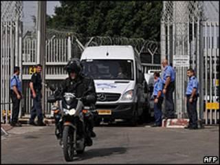 Prisioneras palestinas siendo liberadas de una prisión israelí