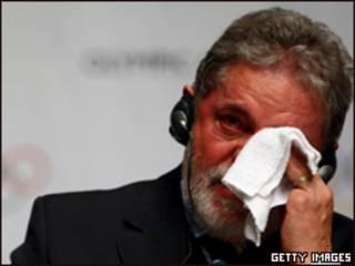 Lula chora ao assinar contrato com o COI para que o Rio sedie a Olimpíada de 2016 (Getty Images)