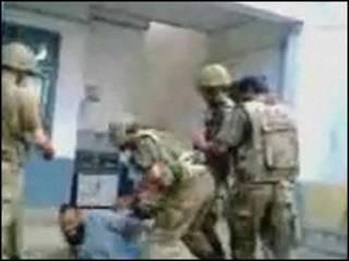 Video con supuestos maltratos a militantes del Talibán