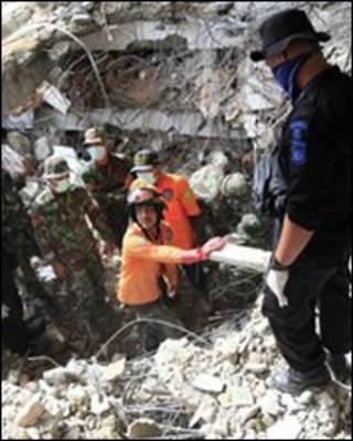 Nhân viên cứu trợ làm việc liên tục để cứu người còn sống