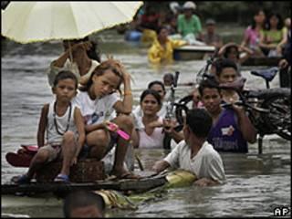 Residentes afectados por la inundaciones en la provincia de Rizal, al este de Manila, 3 octubre 2009