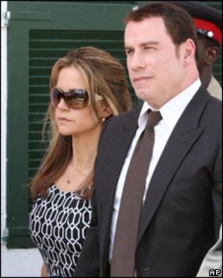 John Travolta y su esposa Kelly Preston acandonan el tribunal en Bahamas