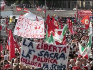 Protesto reuniu dezenas de milhares em Roma (AP, 3 de outubro)