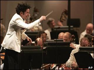 Gustavo Dudamel dirigiendo el concierto inaugural de la Filarmónica de Los Ángeles