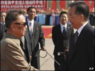 Kim Jon-il (esq.) recebe o premiê chinês Wen Jiabao em Pyongyang neste domingo (AP)