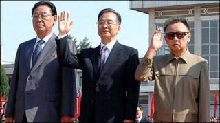 Ông Ôn Gia Bảo đứng cạnh chủ tịch và thủ tướng Bắc Hàn