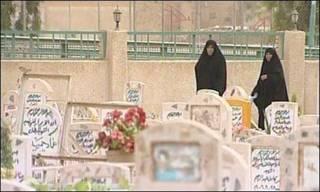 Mulheres iraquianas em cemitério