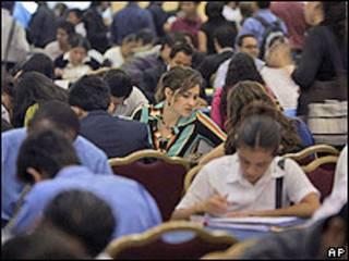 Personas realizando una prueba de trabajo.
