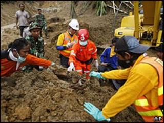 Equipes de resgate trabalham na Indonésia