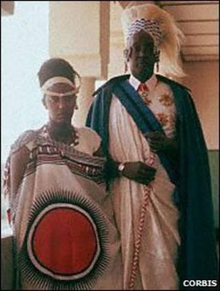 La reina Rosalie Gicanda y el Rey Mutara III