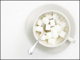 Terrones de azúcar en una taza