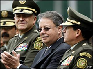Gabriel Silva, ministro de Defensa de Colombia junto a los líderes de la Policía Nacional de Colombia. Archivo:  25 de septiembre 2009.