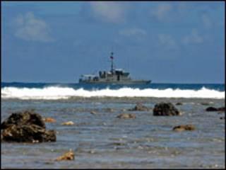 سفينة بحرية تبحث عن ضحايا تسونامي ساموا