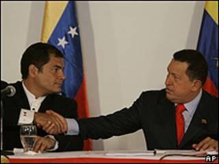Rafael Correa (dcha.) y Hugo Chávez