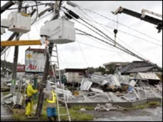 Trabalhadores consertam sistema de luz em Tsuchuira após passagem do tufão Melor (08/10/09)