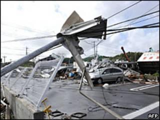 Daños por el tifón en una carretera de Japón