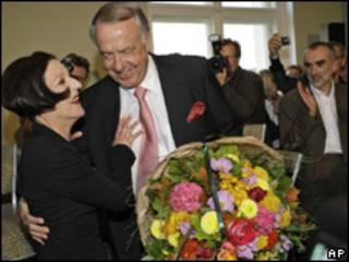 Müller recibe flores del ministro alemán de Cultura