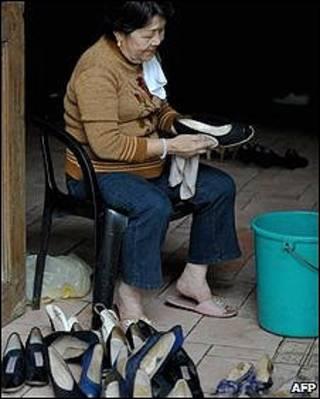 Sylvia de la Cruz limpa sapatos do museu