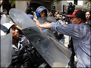 Manifestante enfrenta a polícia durante protesto em Honduras