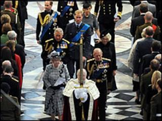 الملكة تشهد القداس