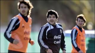 Maradona cùng Lionel Messi (phải) và Pablo Aimar trong một phiên tập luyện ở Buenos Aires