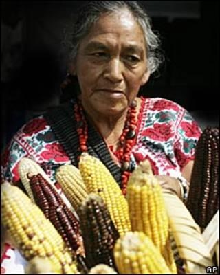 Mujer vendiendo maíz.