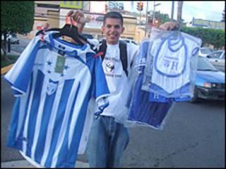 Jonathan, vendedor de camisetas da Seleção hondurenha (foto: Bruno Garcez)