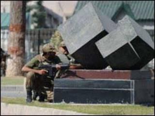Binh lính bắn trả trong vụ tấn công cùa các tay súng. Ảnh: 10/10/2009