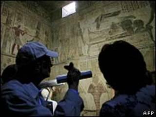 Các nhà khảo cổ trong mộ gần Luxor