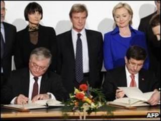 Ministros assinando acordo
