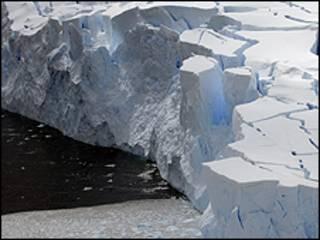 Glaciar en la bahía de Neko en la Antártida