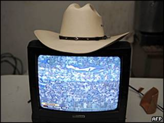 El sombrero de Manuel Zelaya sobre una televisión en la embajada brasileña