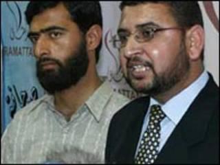 سامي أبو زهري (الى اليمين)