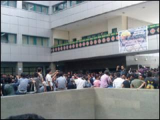 تجمع اعتراض آمیز دانشگاه آزاد تهران - عکس از خبرنامه امیرکبیر