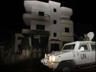 سيارة للامم المتحدة امام منزل عيسى